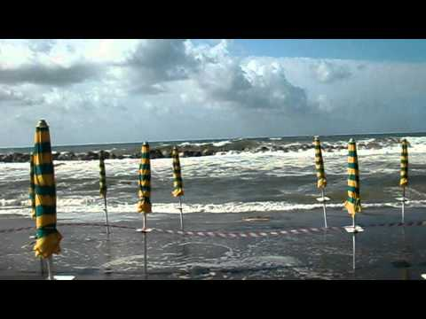 Bagni Letizia: Mareggiata del 15 agosto 2010 - YouTube