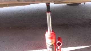 Как поднять машину гидравлическим бутылочным домкратом?(Всё очень просто)