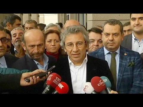 يورو نيوز: تركيا: توقيف صحافيين نشر تقريراً عن شحنة أسلحة تذهب للمعارضة السورية