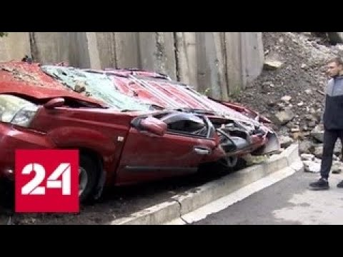 Циклон в Приморье: упавший бетонный блок превратил машины в металлолом - Россия 24