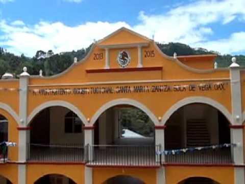 Dan a municipios pobres de Oaxaca lo recaudado en la subasta de autos