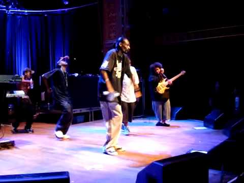SNOOP DAZ KURUPT and crew crip walk on stage