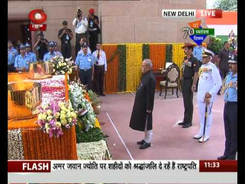 President Pranab Mukherjee pays tribute at Amar Jawan Jyoti