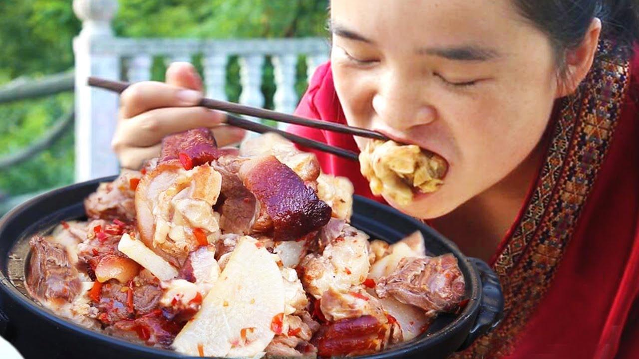 苗大姐做贵州特色脆皮猪蹄,一人吃掉半个猪腿,大盘米饭造起来~【苗阿朵美食】