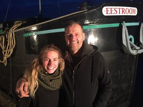 Froukje van Wengerden vragend door Fryslân varen op zoek naar thuis