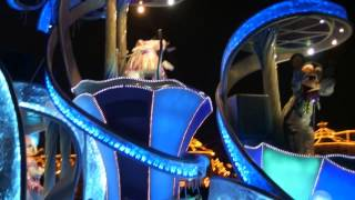 雨滴直落不停,「東京迪士尼樂園電子大遊行~夢之光」也因天公不作美而...