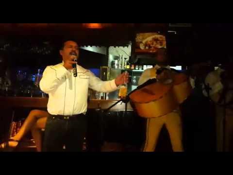 Paco en él ritual karaoke