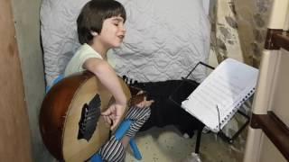 اصغر عازف عود بالعالم ..الطفل السوري (يمان ) يعزف ويغني في الظروف الصعبة غالي الدهب للسيدة فيروز