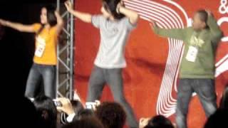Indra ensinando a dançar a musica da novela Caminho das Indias