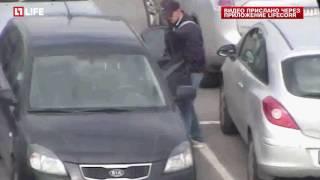 Воры вскрывают машины на парковке Ашана, блокируя сигнализацию
