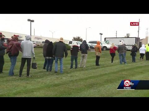 Line wrap around parking lot as medical marijuana dispensary opens in Lee's Summit, Missouri