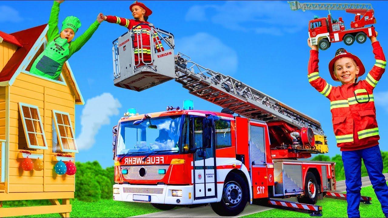 As crianças aprendem as regras de segurança e brincam com um caminhão de bombeiros de verdade