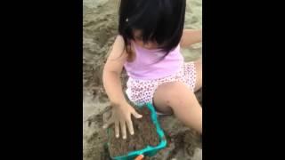20150612小歡歡玩沙蓋城堡 thumbnail