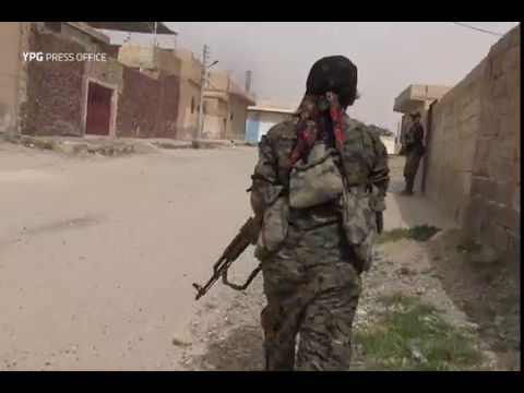 Kurdish women battling Daesh inside Tabqah, southwest Raqqa