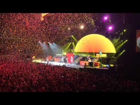 [LIVE] Pharrell Williams Happy --The Dear Girl Tour In Berlin
