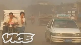 世界でも指折りの汚染都市、中国・リンフェン。空はスモッグで覆われ、...