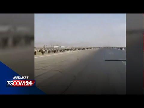 Fuga dall'Afghanistan, il video dell'uomo aggrappato all'aereo in decollo da Kabul