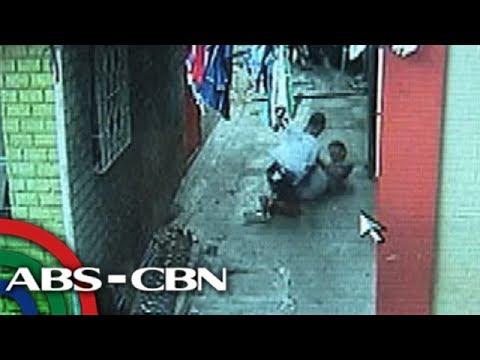 SAPUL SA CCTV: Pulis, pinagsasaksak ng aarestuhing lalaki