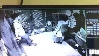 Đôi nam nữ bị mắc kẹt trong thang máy tòa nhà 26 tầng 15:25 20/08/2017