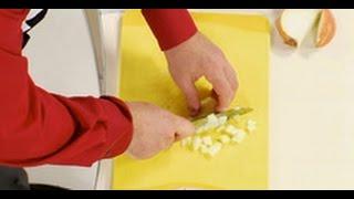 Как правильно нарезать лук кубиком мастер-класс от шеф-повара /  Илья Лазерсон / Обед безбрачия