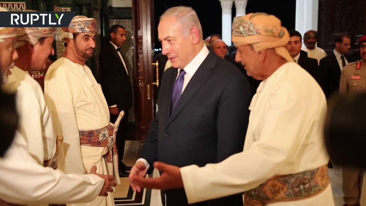 شاهد لحظة لقاء سلطان قابوس ورئيس وزراء إسرائيل بنيامين نتنياهو