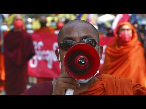 فيديو: قوات الأمن تستخدم القنابل المسيلة للدموع والرصاص المطاطي لتفريق المتظاهرين في ميانمار …  - 19:58-2021 / 3 / 6