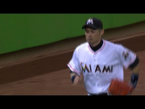 Ichiro makes a catch, cuts down Wong at home