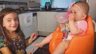 Laurinha brincando de babá com bebê de verdade