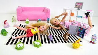 Barbie ailesi. Chelsea oyuncaklarına takılıp düşüyor