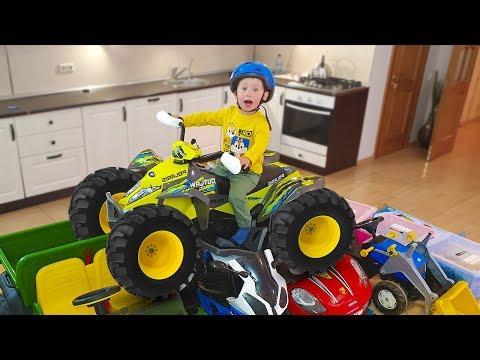 Малыш на ферме с сонным папой на синем тракторе ездит по машинки и кормит животных