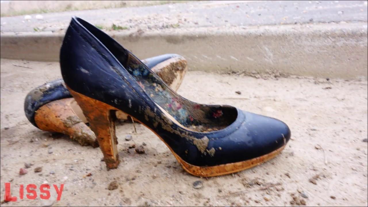 Süße High Heels und nackte Füße im Schlamm und Matsch - by