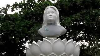 305 Вьетнам Нячанг ЖЕНЩИНА ГЕНЕРАЛ 8 БРЁВЕН НА ВЕЛИКЕ УЛИЧНАЯ ЕДА НА АСФАЛЬТЕ Vietnam Nha Trang