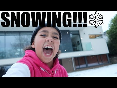 **SNOW!** - Snow Ball Fight | Fun In The Snow | Toys AndMe