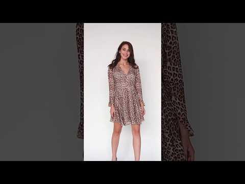 Video: Sukienka w panterkę z dekoltem z guziczkami