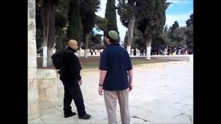 אחמד מעכב יהודי על הר הבית בטענה שהתפלל ומתעצבן על הצלם