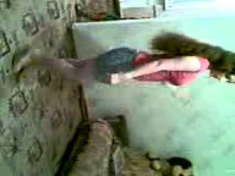 Девушка танцует дым