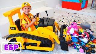 Vlad y Nikita juegan con juguetes en una excavadora