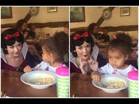 Esta garotinha queria comer em paz, mas a Branca de Neve não deixava