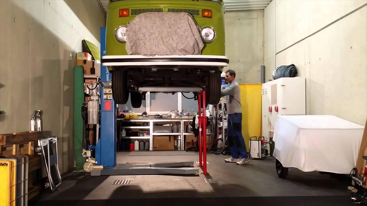 Prächtig mobile Einsäulen Hebebühne von Twin Busch im Einsatz am VW T2 @UI_23