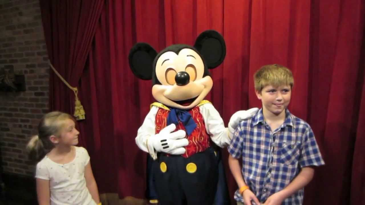 Mickey Mouse Talks At New Disney World Character Meet Greet Youtube