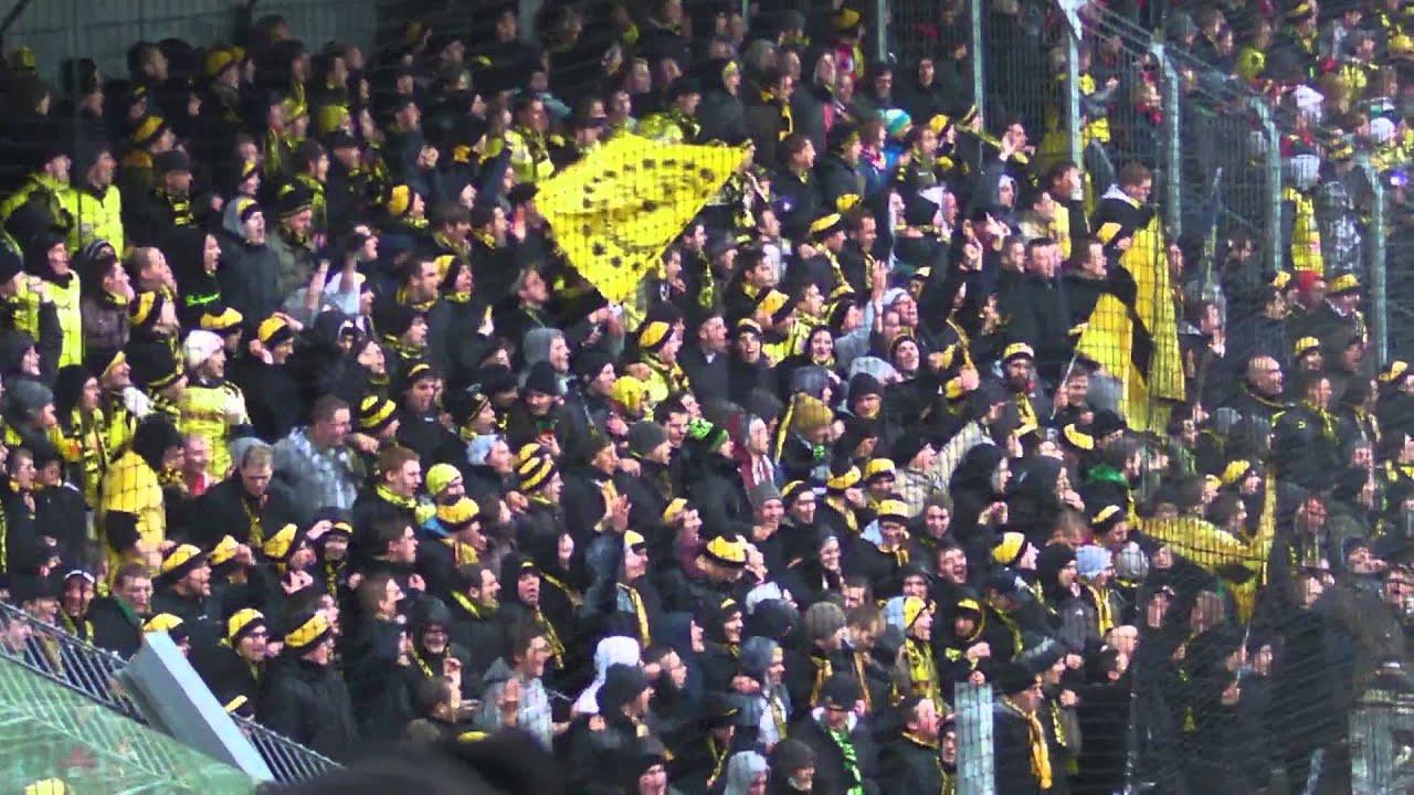 BVB Gästeblock beim Spiel SC Freiburg - Borussia Dortmund