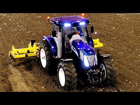 BIG RC TRACTOR T7070 NEW HOLLAND SCALE 1:8 MODEL WORKING ON A FIELD / Faszination Modellbau 2016