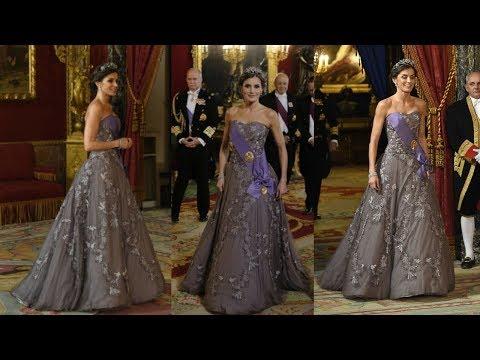 REINA LETIZIA en la Cena de Gala con vestido gris lavanda con bordados florales de FELIPE VARELA