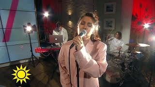 """Hör Molly Sandén sjunga låten """"Större""""  - Nyhetsmorgon (TV4)"""