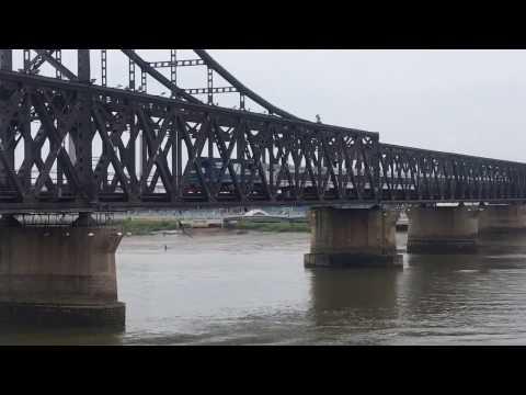 [China railway]DF5 2043牽引95次中朝國際列車通過鴨綠江大橋