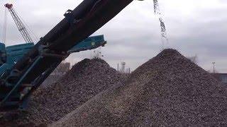 Как производят вторичный щебень(Берут крупный бой бетона пропускают через дробилку и получают фракционный вторичный бетонный щебень., 2016-03-06T17:52:25.000Z)