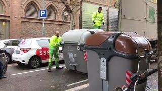 Barcelona empieza a reponer contenedores para normalizar la recogida de basura tras los alterca