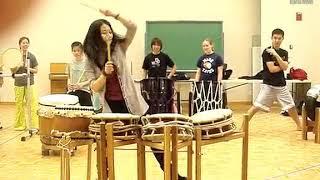 在斯坦福大学留学的小姐姐打中国鼓,外国同学都看呆了