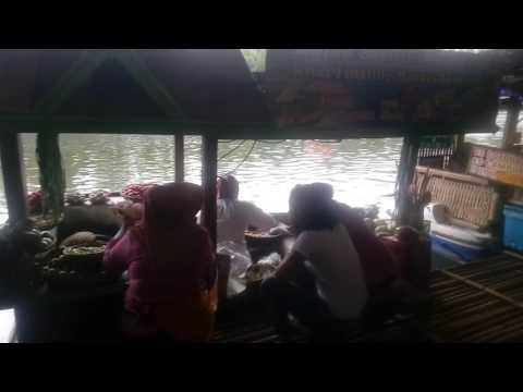 macam-macam-jajanan-yang-tersedia-di-floating-market