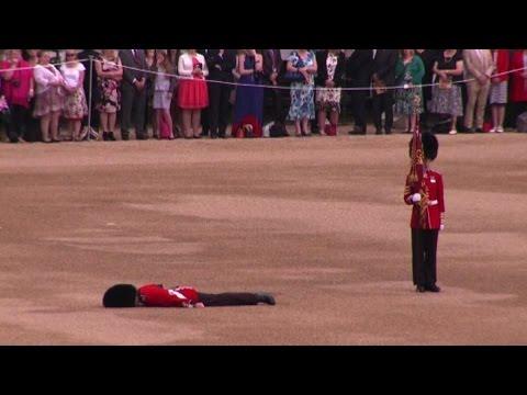 Gb, il soldato mestiere duro: svenuto alla parata per la regina